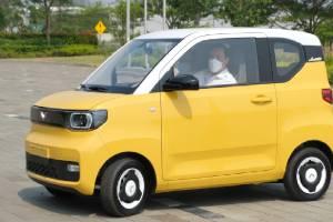 Menteri Luhut Datangi Pabrik Wuling, Sekalian Uji Coba Mobil Listrik Mini EV!