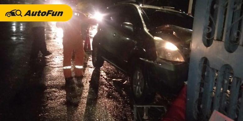Nissan Livina Tabrak Pintu Masuk TMII, Main Handphone Kok Sambil Nyetir, Gak Sayang Nyawa? 01