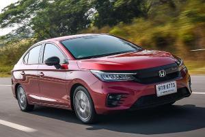 Membandingkan Honda City dan Toyota Corolla Altis, Mana Yang Lebih Irit BBM?