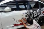 Sambil Ngisi Waktu Libur, Begini Cara Pasang Cutting Sticker Mobil Sendiri di Rumah
