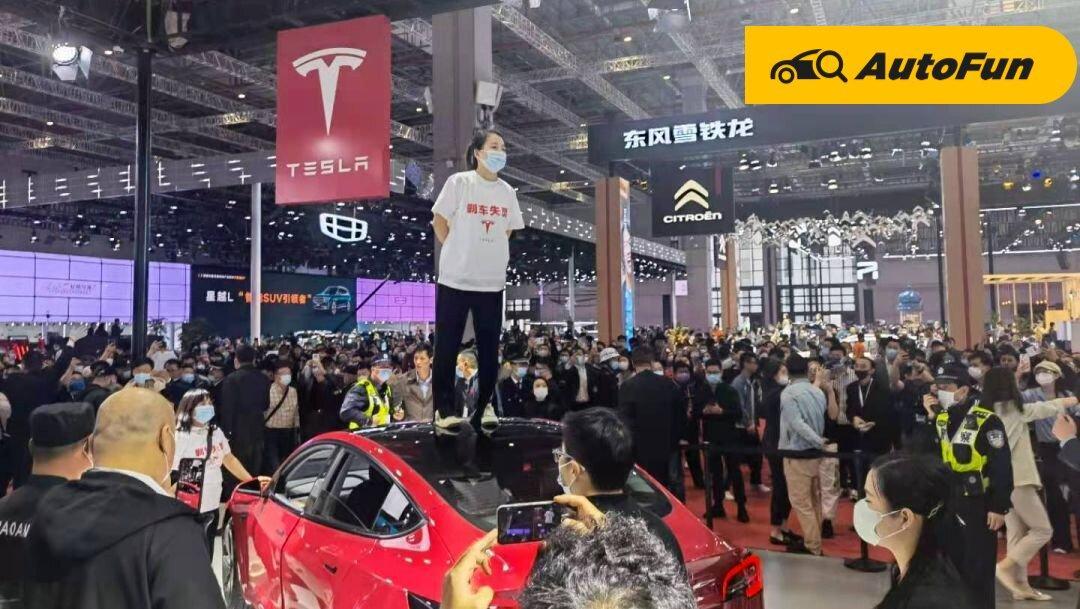 Protes Soal Masalah Rem, Pengunjung Shanghai Motor Show Injak-injak Mobil Display Tesla 01