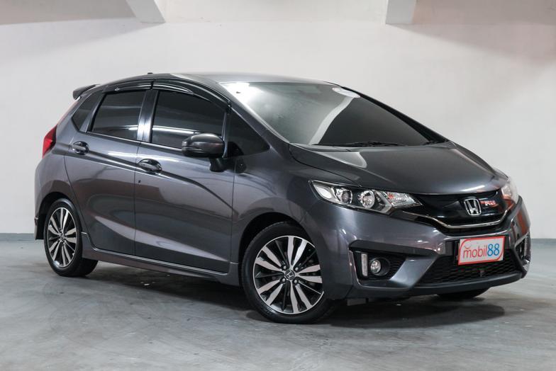 Adu Hatchback Harga Rp 200 Jutaan, Mana Lebih Kece Antara Honda Brio RS 2021 atau Honda Jazz RS 2016 Bekas? 02
