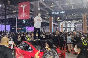 Protes Soal Masalah Rem, Pengunjung Shanghai Motor Show Injak-injak Mobil Display Tesla