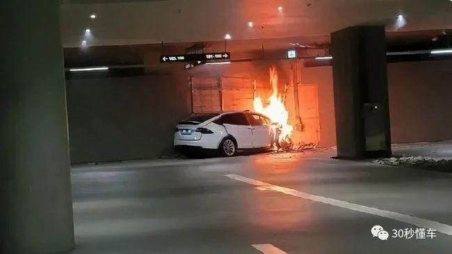 Protes Soal Masalah Rem, Pengunjung Shanghai Motor Show Injak-injak Mobil Display Tesla 02