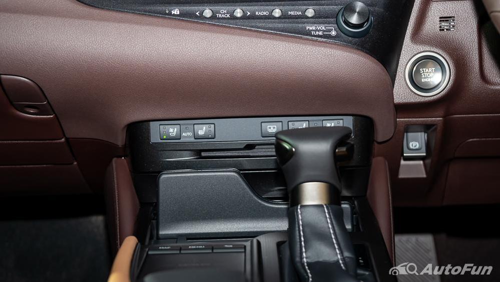 Lexus ES 2019 Interior 012
