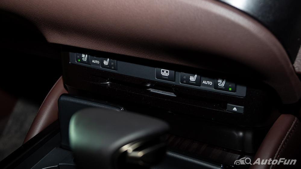 Lexus ES 2019 Interior 023
